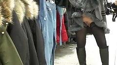 Femme qui s'exhibe nue sous sa jupe au centre commercial