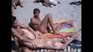Libertine qui s'amuse au Cap d'Agde dans les dunes