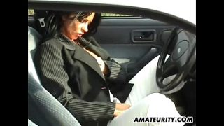 Belle brune se fait baiser dans sa voiture en rentrant des courses
