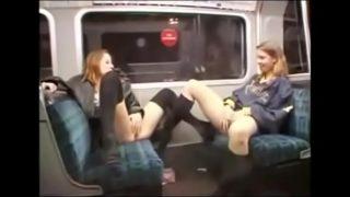 Deux libertines a poil dans le métro de Londres