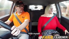 Couple d'amants anglais qui baise dans une voiture