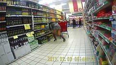 Cette amatrice brune montre son petit cul dans un supermarché